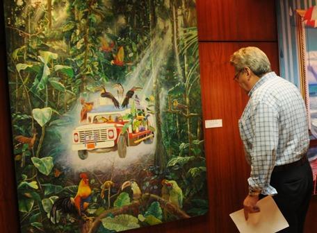 Pablo Martínez, director del Museo Luis A. Noboa Naranjo, revisa el montaje de la muestra de la Bienal.